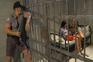 Börtönszex hármasban az elítélt csajokkal